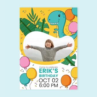 Modelo de convite de aniversário de dinossauro desenhado à mão com foto