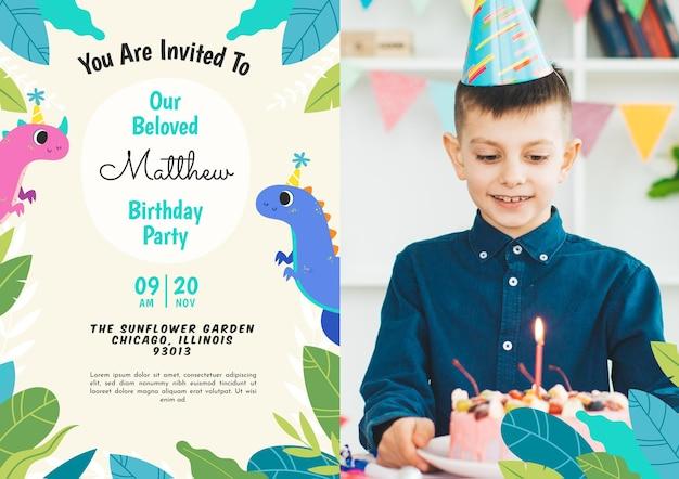 Modelo de convite de aniversário de dinossauro plano com foto