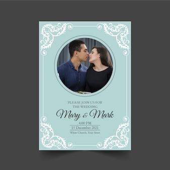 Modelo de convite de casamento com casal a beijar