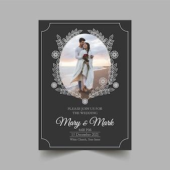 Modelo de convite de casamento com casal abraçando