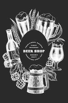 Modelo de design de caneca e lúpulo de copo de cerveja. mão-extraídas ilustração de bebidas pub no quadro de giz. estilo gravado. ilustração de cervejaria retrô.