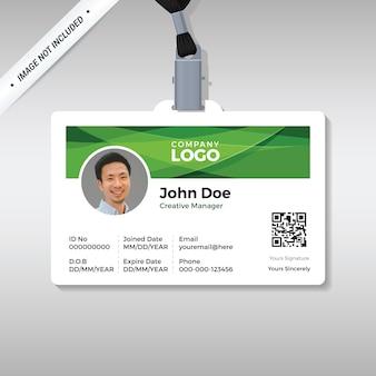Modelo de design de cartão de identificação com fundo verde abstrato