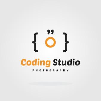 Modelo de design de logotipo de codificação de estúdio - conceito de câmera. projeto de modelo de logotipo da empresa de software. ilustração do vetor. desenvolvimento de software, aplicação de software, desenvolvimento de aplicativos móveis.