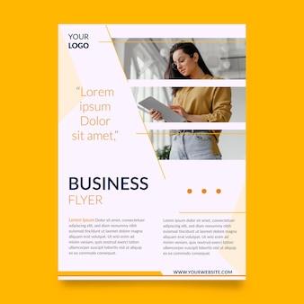 Modelo de design de panfleto comercial colorido