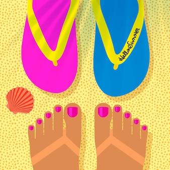 Modelo de férias de verão com pés de mulher bronzeada na praia e vista superior de chinelos