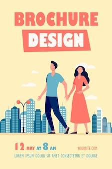 Modelo de folheto de jovem casal caminhando na cidade