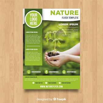 Modelo de folheto de natureza moderna com foto
