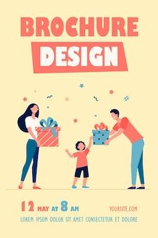 Modelo de folheto de pais felizes dando presentes para filho
