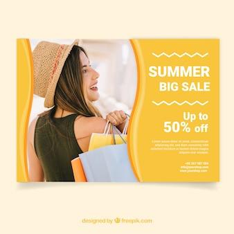 Modelo de folheto de venda verão com imagem de mulher com sacos