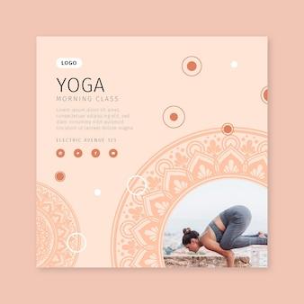 Modelo de folheto quadrado para aula de ioga matinal