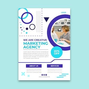 Modelo de folheto vertical para agência de marketing