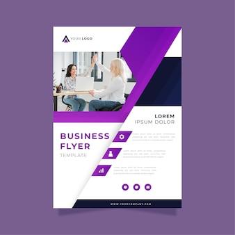 Modelo de impressão de panfleto comercial com colegas