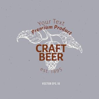 Modelo de logotipo de cerveja. ilustração tirada mão do ramo do lúpulo do vetor.