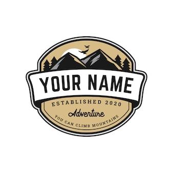 Modelo de logotipo de distintivo de montanha de aventura