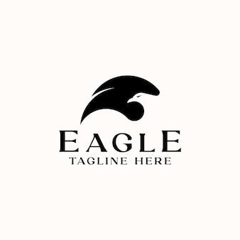 Modelo de logotipo de espaço negativo wing eagle head isolado