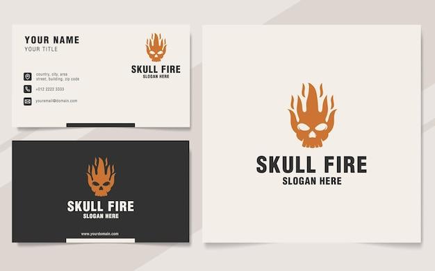 Modelo de logotipo de fogo de caveira em estilo monograma