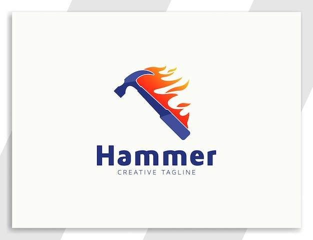 Modelo de logotipo de martelo com ilustração de fogo