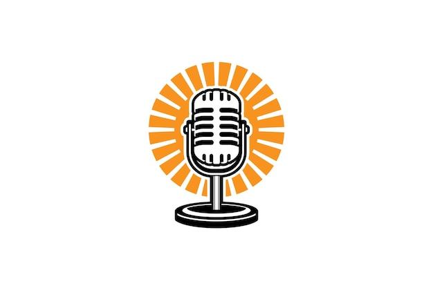 Modelo de logotipo de podcast microfone e ilustração do nascer do sol design para logotipo de podcast de karaokê