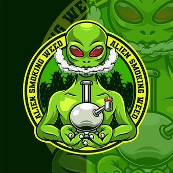 Modelo de logotipo do mascote de erva daninha alienígena fumando