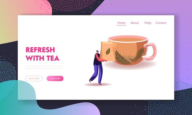 Modelo de página inicial de cerimônia do chá. pacote de transporte feminino minúsculo com folhas de chá secas na frente de um copo enorme com líquido quente