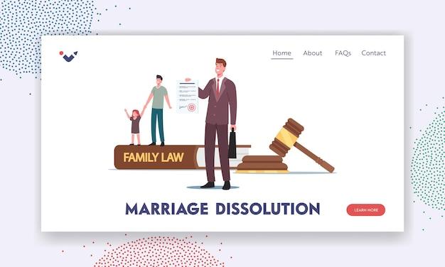 Modelo de página inicial de dissolução de casamento. caráter de pai minúsculo com filha pequena e advogado em huge gavel, direito da família, tribunal do juiz durante a audiência. ilustração em vetor desenho animado