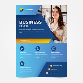 Modelo de panfleto de mulher sorridente de negócios da empresa