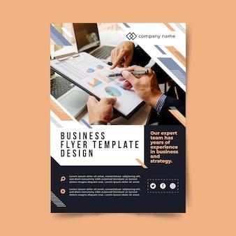 Modelo de panfleto de negócios com as mãos escrevendo em um gráfico