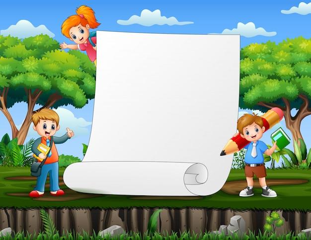 Modelo de papel com crianças em idade escolar no fundo da natureza