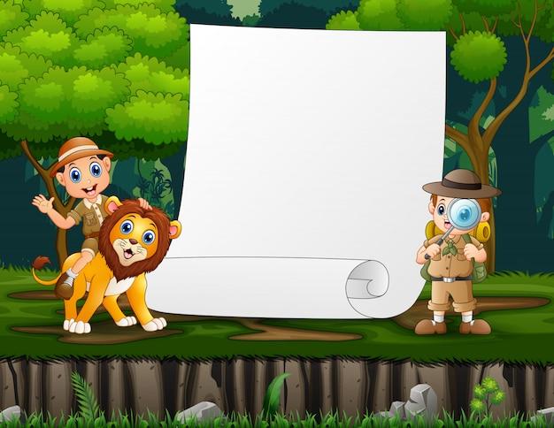 Modelo de papel com explorador de dois meninos