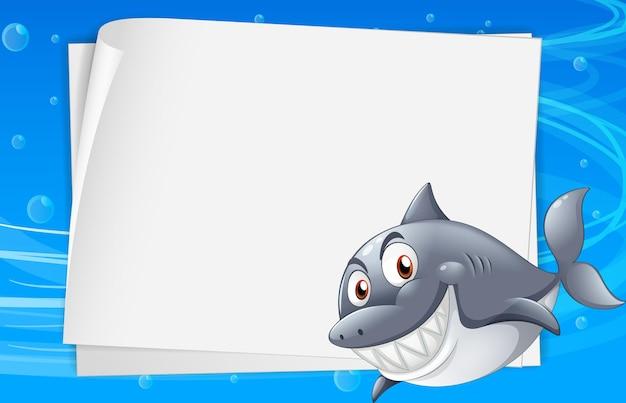 Modelo de papel em branco com um personagem de desenho animado de tubarão na cena subaquática