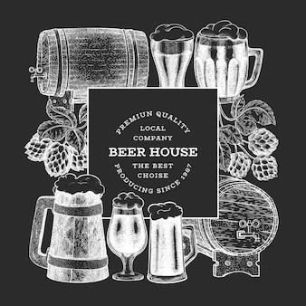 Modelo de plano de fundo desenhado mão cerveja e lúpulo