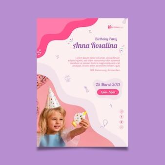 Modelo de pôster de aniversário com criança