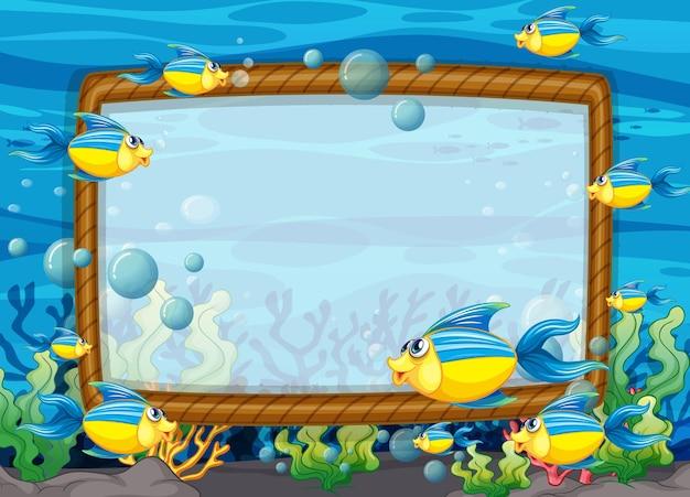 Modelo de quadro em branco com personagem de desenho animado de peixes exóticos na cena subaquática