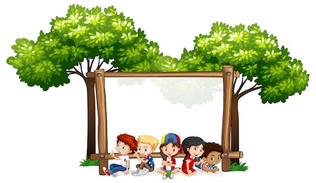 Modelo de sinal em branco com crianças e árvores