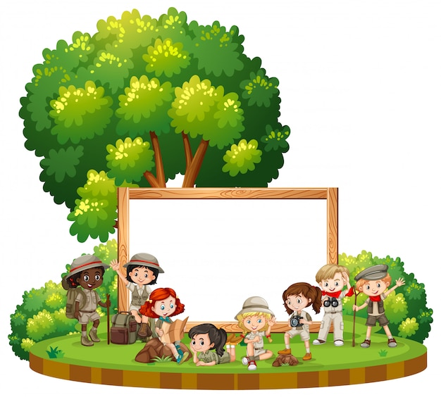 Modelo de sinal em branco com crianças em roupa ao ar livre