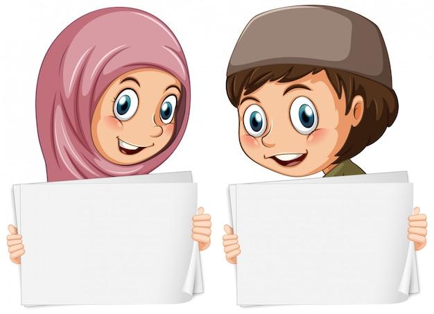 Modelo de sinal em branco com crianças muçulmanas em fundo branco