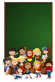 Modelo de sinal em branco com crianças na caixa de madeira