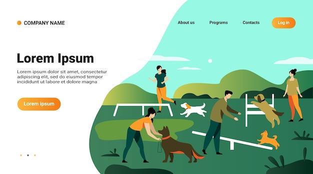 Modelo de site, página de destino com ilustração de pessoas felizes treinando cães em equipamentos de salto na área do parque da cidade