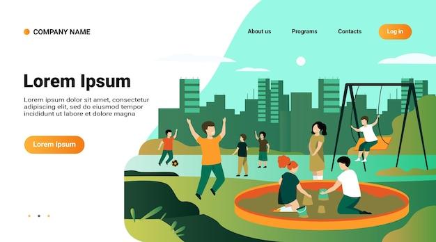 Modelo de site, página inicial com ilustração de crianças no conceito de playground. crianças felizes balançando, chutando bola de futebol, brincando na caixa de areia
