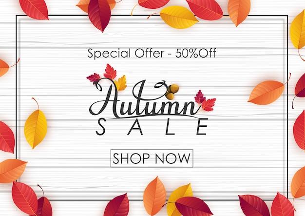Modelo de venda outono com folhas coloridas em fundo madeira