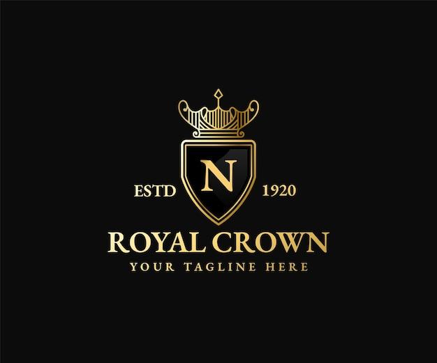 Modelo do logotipo da rainha do rei escudo dourado real coroa majestosa e silhueta de tiara de luxo