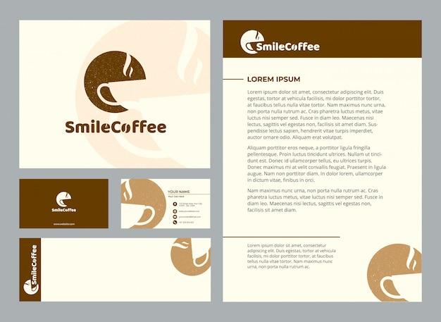 Modelo estacionário do café feliz do sorriso