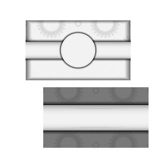 Modelo para impressão de cartões postais de design cores brancas com mandalas. preparação de vetor de cartão de convite com lugar para o seu texto e ornamento vintage.