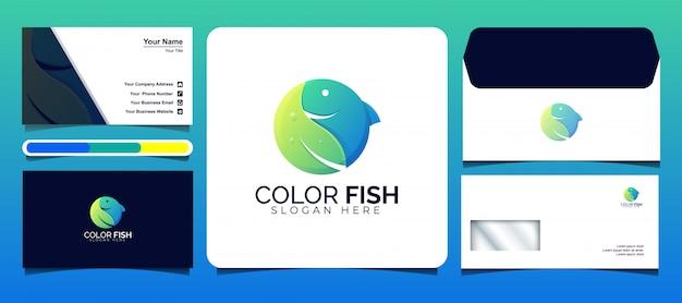 Modelos coloridos de logotipo de peixe e folha com cartões de visita e desenhos de envelopes