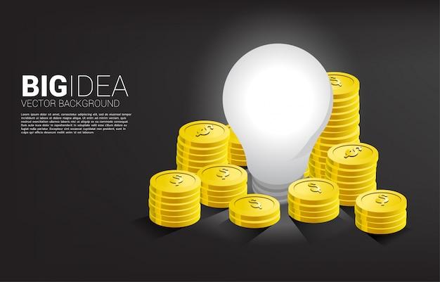 Moeda de dinheiro dourado em torno da lâmpada. grande ideia de negócio que ganha dinheiro e startup