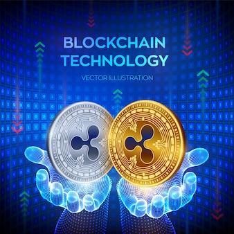 Moedas de ouro e prata com o símbolo ripple nas mãos. conceito de blockchain.