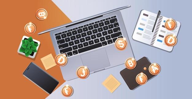 Moedas de ouro no conceito de moeda digital de tecnologia blockchain de criptomoeda laptop