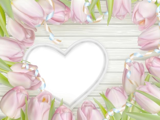 Moldura de coração com tulipas frescas.
