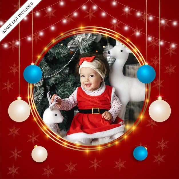 Moldura de foto de natal realista com enfeites de flocos de neve luzes de natal bolas de natal