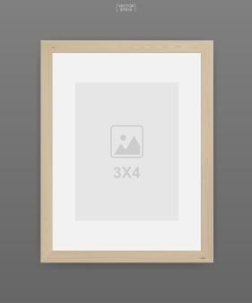 Moldura de madeira para fotos ou porta-retratos em fundo cinza